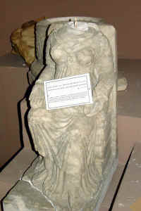 Parthian female statue from Hatra (head chopped off by looters).jpg (110372 bytes)